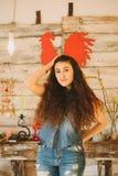 一个女孩的画象有长期的,卷曲,自然头发 红色公鸡 图库摄影