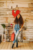 一个女孩的画象有长期的,卷曲,自然头发 红色手提箱 库存照片