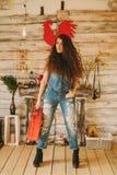一个女孩的画象有长期的,卷曲,自然头发 红色手提箱 库存图片