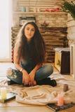 一个女孩的画象有长期的,卷曲,自然头发 库存图片