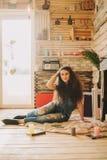 一个女孩的画象有长期的,卷曲,自然头发 图库摄影