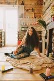 一个女孩的画象有长期的,卷曲,自然头发 免版税库存照片