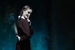 一个女孩的画象校服的当凶手妇女 库存照片
