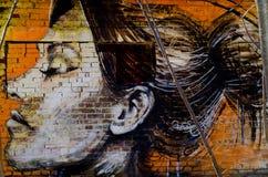 一个女孩的画象油漆的在墙壁上 免版税库存图片