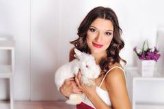 一个女孩的画象用兔子 免版税库存图片