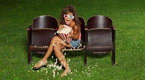 一个女孩的画象用玉米花 免版税库存照片