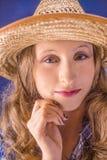 一个女孩的画象草帽的 免版税库存图片