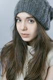 一个女孩的画象被编织的温暖的帽子的 库存照片