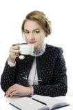 一个女孩的画象西装的,坐在选项 免版税库存照片