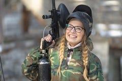 一个女孩的画象迷彩漆弹运动的 免版税库存照片