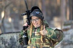 一个女孩的画象迷彩漆弹运动的 免版税图库摄影