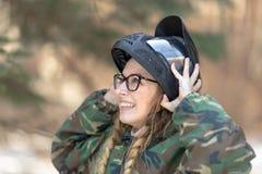 一个女孩的画象迷彩漆弹运动的 免版税库存图片