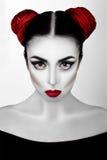 一个女孩的画象高档时尚,与白色皮肤的秀丽样式,红色嘴唇组成在银色背景 吸血鬼构成艺术 库存图片
