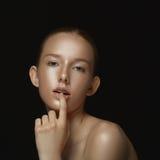 一个女孩的画象黑暗的背景的 库存图片