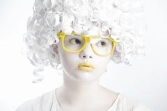 一个女孩的画象戴白色皮肤和明亮的眼镜的 图库摄影