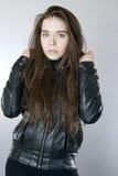 一个女孩的画象黑皮夹克的 库存图片