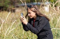 一个女孩耳朵的照片对电话的 免版税库存照片