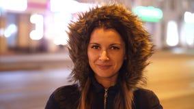 一个女孩身分的画象在夜城市街道上的 走通过夜镇街道的可爱的妇女  4k 60fps 股票录像