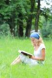 女孩读圣经 库存图片