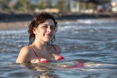 一个女孩19岁,休息深深在海水 免版税库存照片