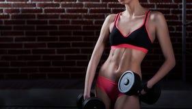 一个女性健身模型的性感的身体 免版税库存照片