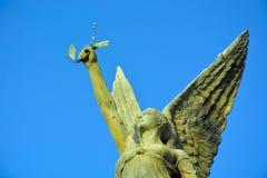 一个女性天使的雕象 免版税库存照片