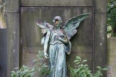 一个女性天使雕象的损坏的雕塑 免版税图库摄影