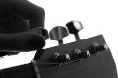 一个女性手声调的剪影吉他 图库摄影