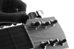 一个女性手声调的剪影吉他 免版税库存图片