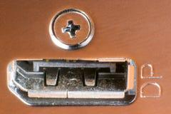 一个女性显示端口连接器的宏观射击在金属片的 图库摄影