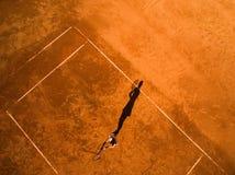 一个女性网球员的空中射击法院的 免版税库存照片