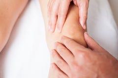 一个女性膝盖的按摩 免版税库存图片