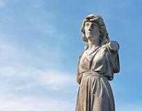 一个女性被风化的雕象在古老坟园 免版税库存图片