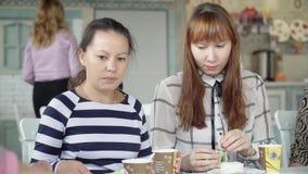 一个女性队在一杯茶的一个咖啡馆坐 在午餐期间,同事在不同的题目沟通 女孩遇见  影视素材