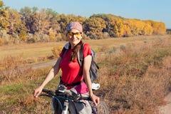 一个女性骑自行车者的画象 图库摄影