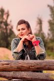 一个女牛仔的画象乡下的日落的 库存照片