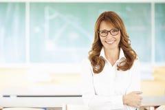 一个女老师的画象有黑板的 库存图片