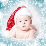 一个女婴的画象有圣诞老人帽子的 免版税库存照片