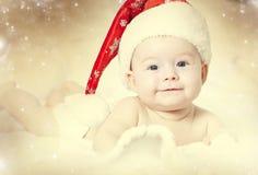 一个女婴的画象有圣诞老人帽子的 免版税库存图片