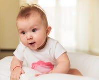 一个好奇矮小的女婴的侧视图 库存照片