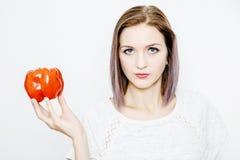 一个好女孩拿着红色辣椒粉和胡椒 免版税库存照片
