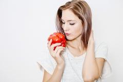一个好女孩拿着红色辣椒粉和胡椒 库存图片