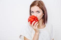 一个好女孩拿着红色辣椒粉和胡椒 免版税图库摄影