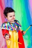 一个好孩子佩带的小丑衣裳。 免版税图库摄影
