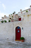 一个好的房子的入口有红色室外的 免版税库存图片