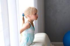 一个好矮小的白肤金发的女孩 免版税库存照片