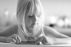 一个好矮小的白肤金发的女孩 库存图片