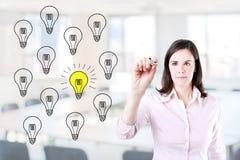 画一个好主意概念的女商人 办公室背景 免版税库存图片