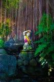 一个妇女形象的佛教雕象在沼地 免版税库存照片