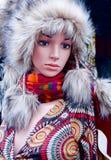 一个妇女时装模特的特写镜头在冬天裘皮帽的 库存图片